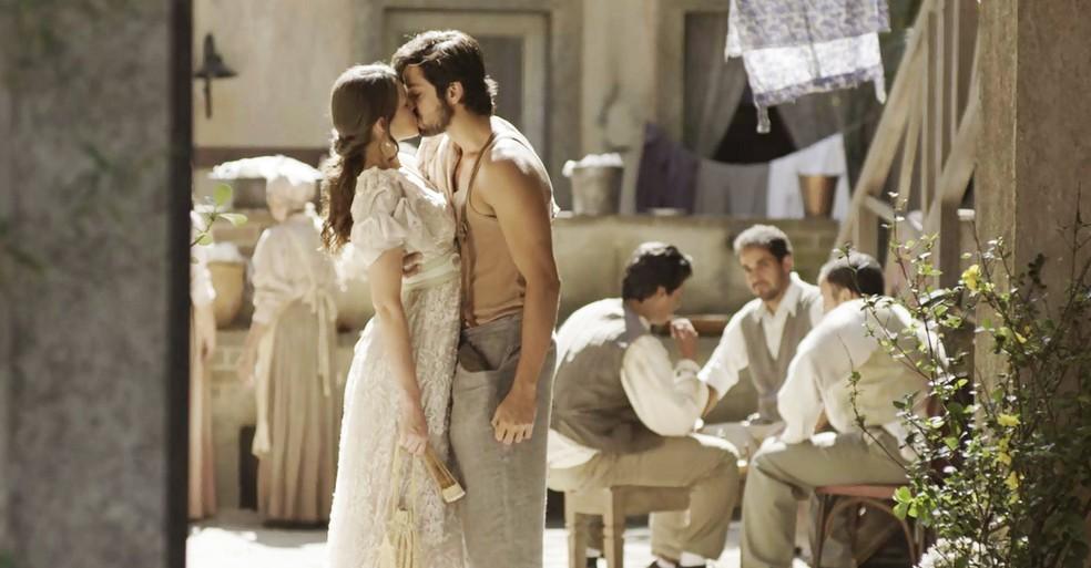 Ernesto dá um beijão em Ema. Um ótimo motivo para ela não ficar de vez no Vale do Café! (Foto: TV Globo)