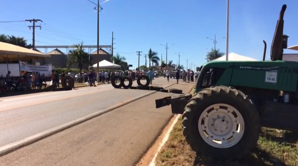 Maquinário foi levado para ponto de bloqueio em Primavera do Leste (Foto: Márcio Falcão/TVCA)