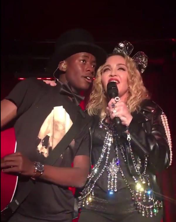 A cantora Madonna com o filho David Banda durante o show surpresa feito por ela em um bar gay de Nova York (Foto: Twitter)