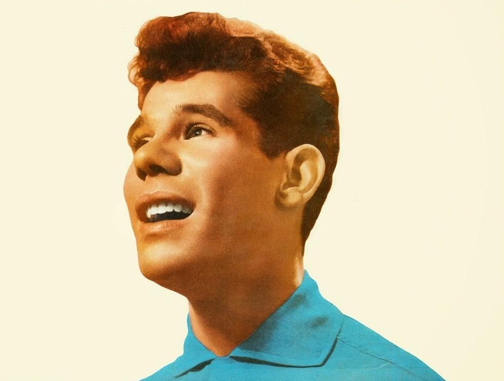 Carlos José em 1958, no início da carreira como cantor de gêneros como o samba-canção — Foto: Reprodução / Capa de disco