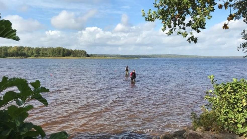 Escavações podem revelar outros itens antigos escondidos no fundo do lago — Foto: Jönköpings Läns Museum/BBC