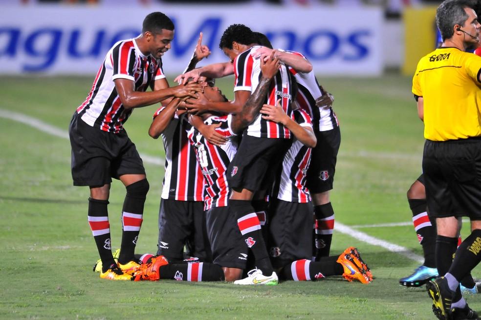Santa Cruz ainda não perdeu na Copa do Nordeste  (Foto: Aldo Carneiro / Pernambuco Press)