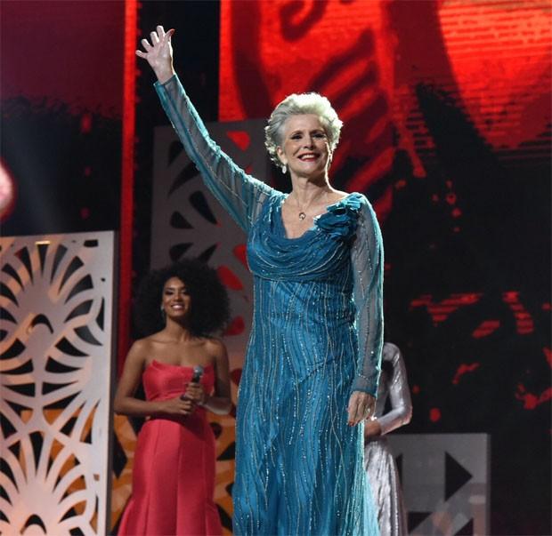 Martha Vasconcelos, Miss Brasil e Universo de 1968, é homenageada no Miss Brasil BE Emotion 2018 (Foto: Divulgação/Band)