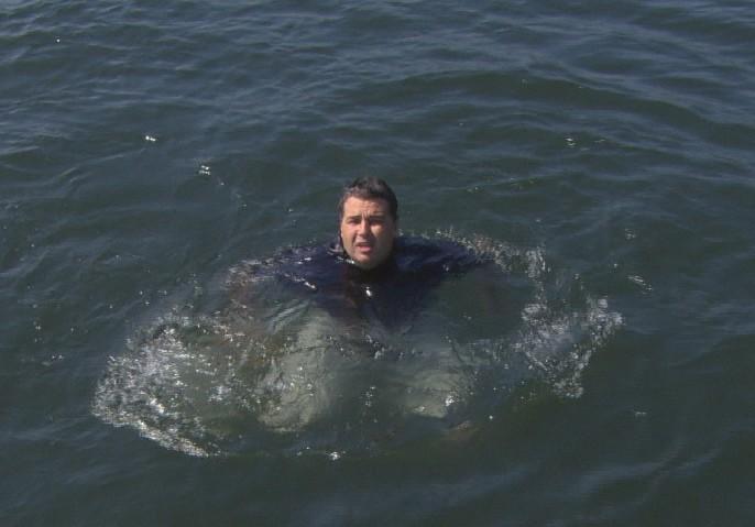 """O então secretário André Corrêa na Baía de Guanabara, durante reportagem do """"Fantástico"""""""