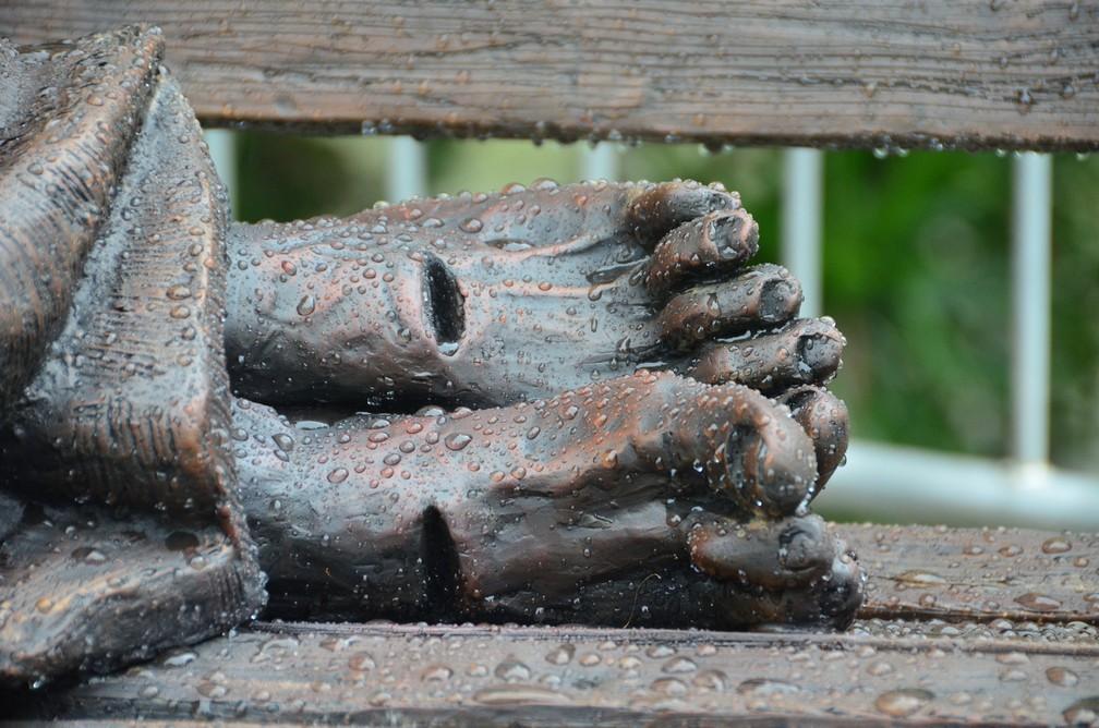 Detalhe da estátua de Jesus Sem-Teto com chagas nos pés — Foto: Divulgação/ Carlos Moioli