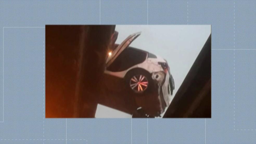 Carro que levava os criminosos ficou pendurado entre dois viadutos — Foto: Reprodução/ TV Globo