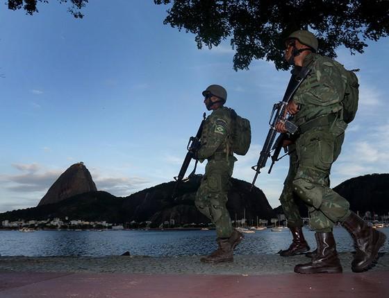 Soldados patrulham a orla da Baía de Guanabara. Cartões-postais do Rio de Janeiro têm merecido atenção especial das forças de intervenção (Foto: Márcio Alves/Agência O Globo)