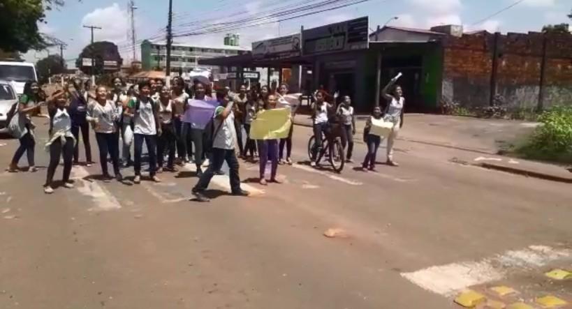 Sem merenda, estudantes do ensino fundamental de escola do AP protestam em rodovia - Notícias - Plantão Diário