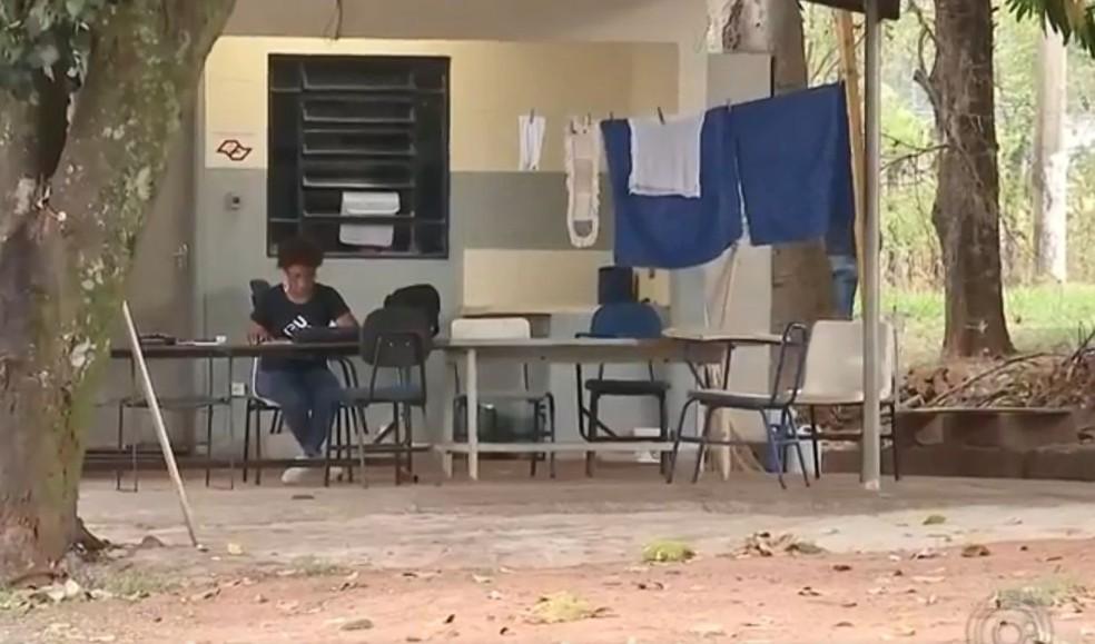 Maria Helena aproveita as horas de folga para estudar — Foto: TV TEM / Reprodução