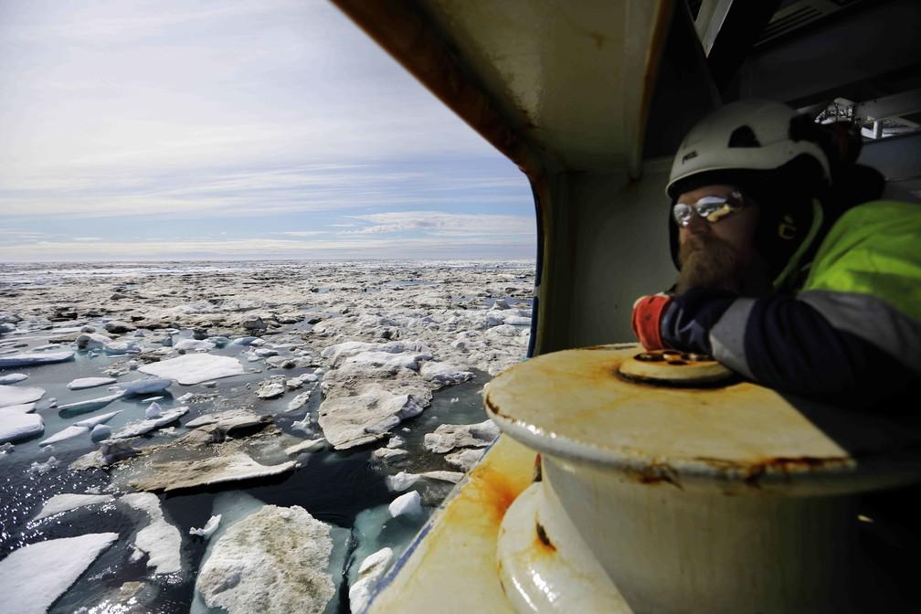 Pesquisador Jussi Mikkotervo analisa os efeitos das mudanças do clima no Mar de Beaufort, na costa do Alasca (Foto: David Goldman/AP Photo)