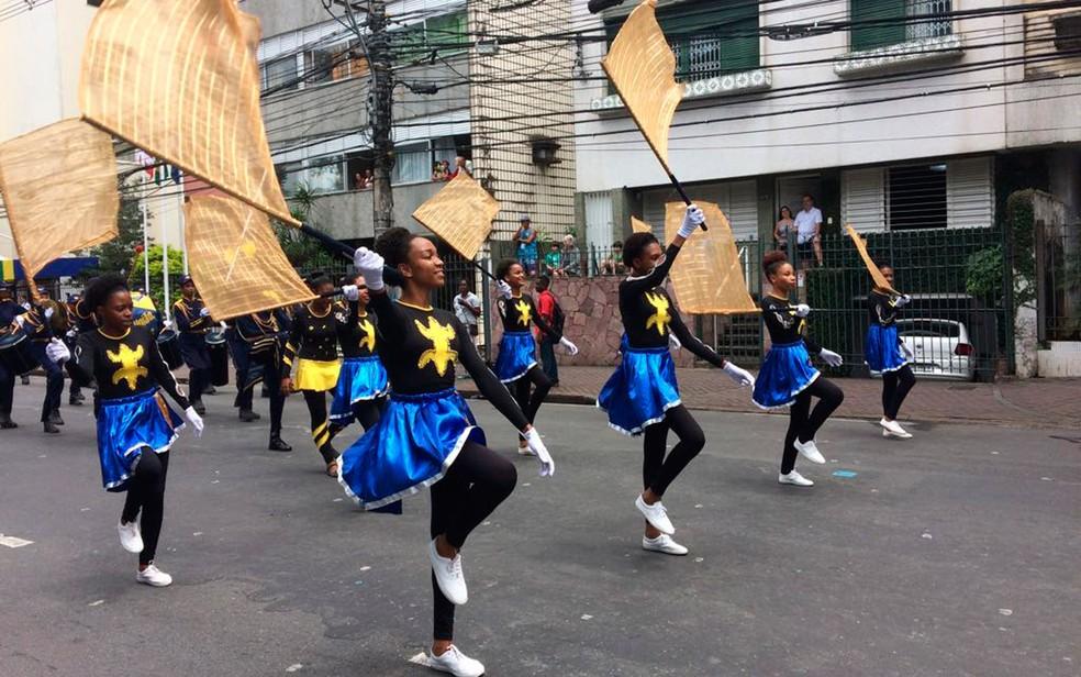 Desfile de civis nas ruas do centro de Salvador (Foto: Henrique Mendes/G1)
