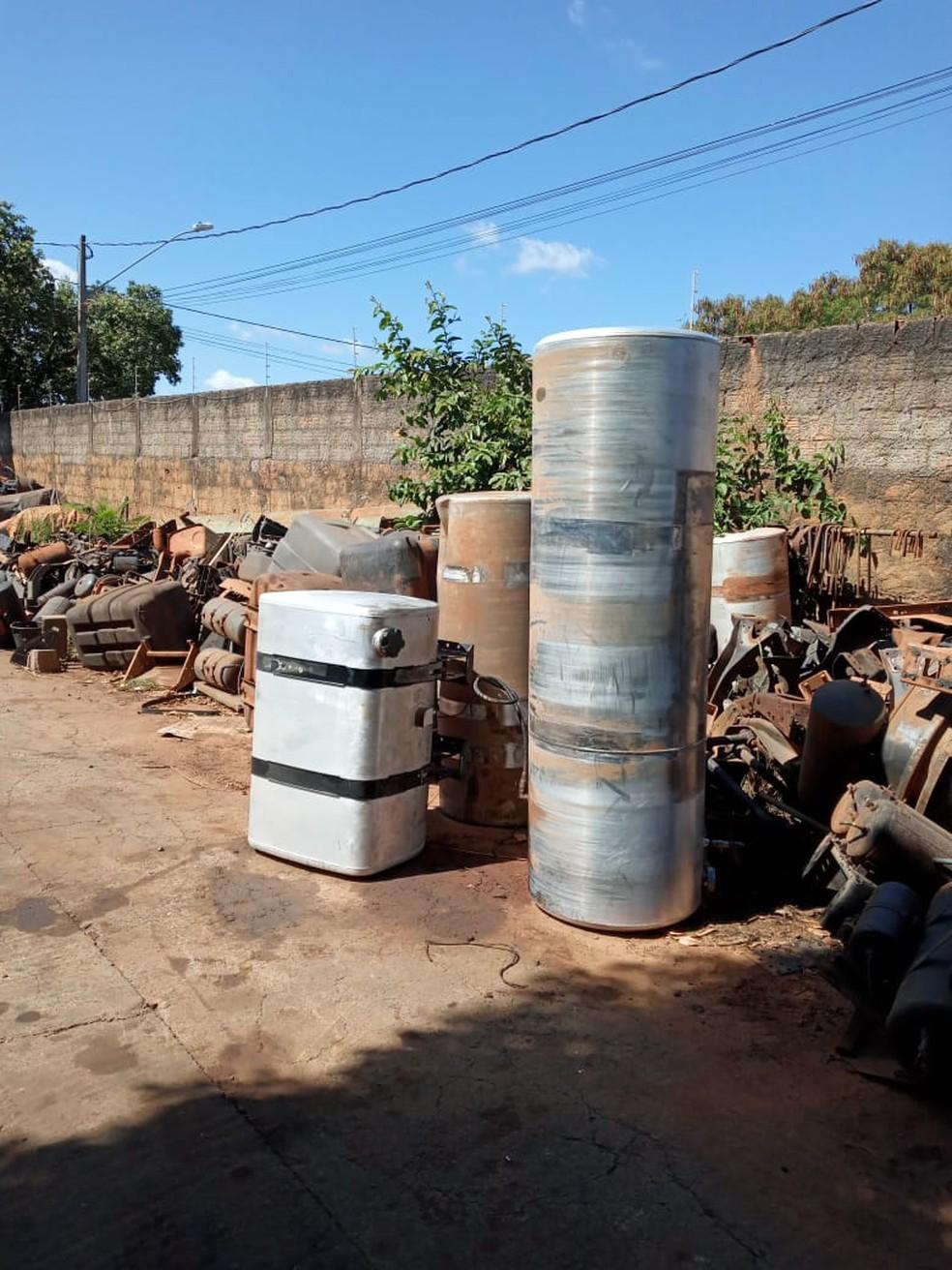 Policiais encontraram peças de diversos veículos no local — Foto: Polícia Militar/Divulgação