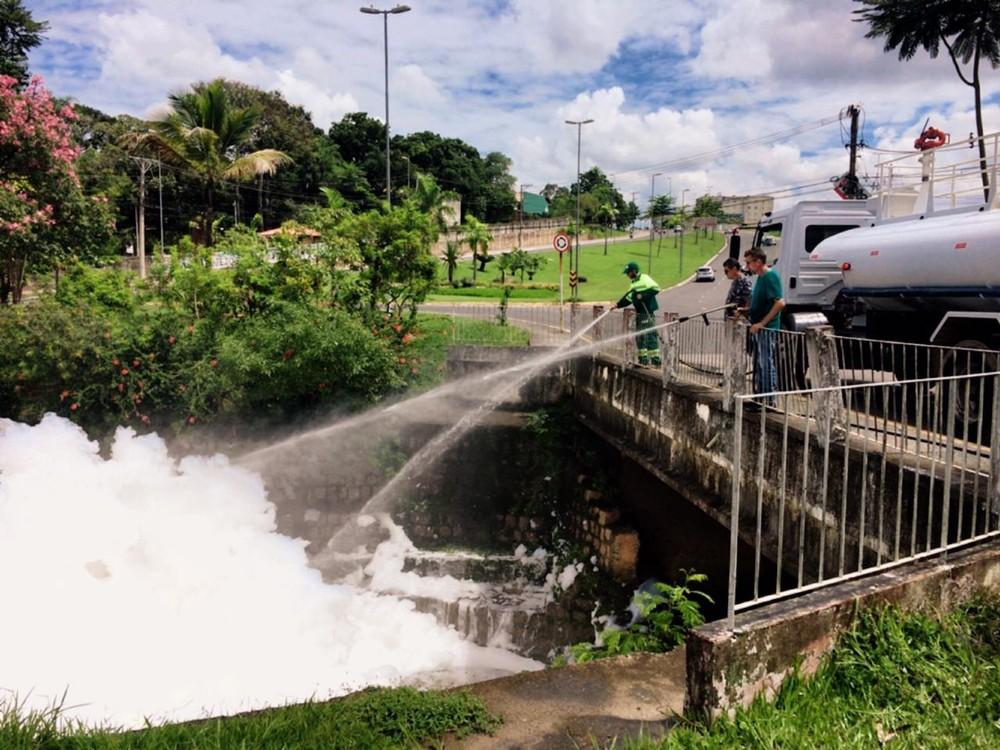 Prefeitura borrifa água para amenizar situação — Foto: Daniel Schafer/TV TEM