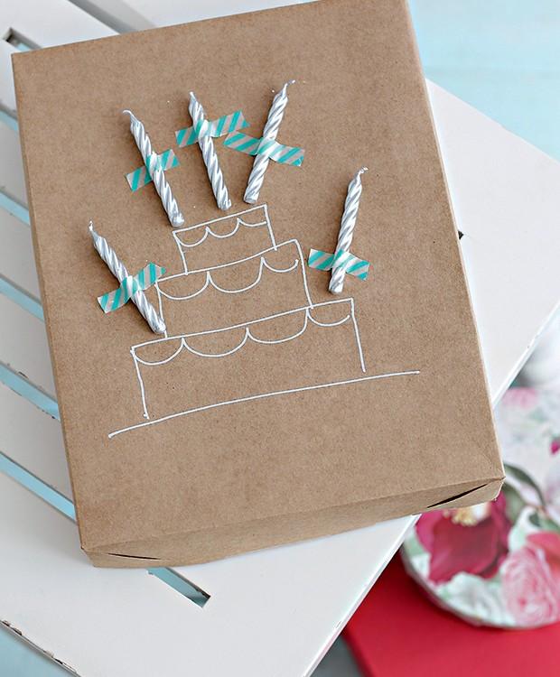 Bolinho estilizado e velinhas grudadas com washi tape: parabéns para a embalagem! Caixa Secreta Saudade (Foto: Elisa Correa/Editora Globo)
