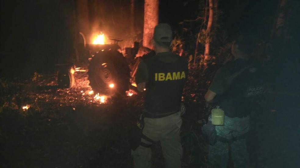 Trator apreendido foi incendiado (Foto: Ibama/Divulgação)