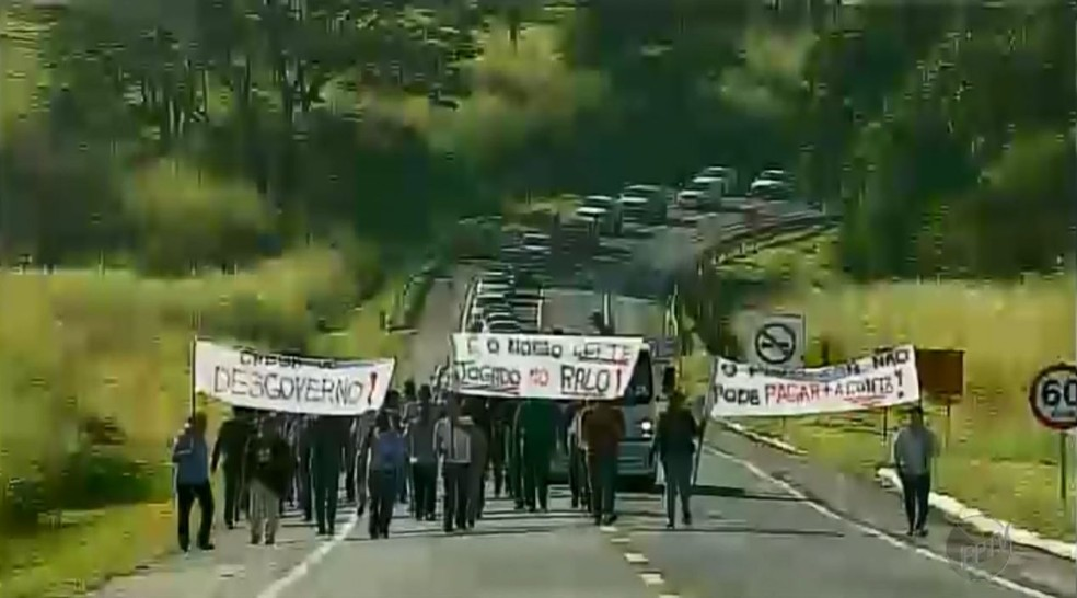 Produtores de leite fecharam os dois sentidos da rodovia MG-050 em Passos (MG) (Foto: Cacá Trovó/EPTV)