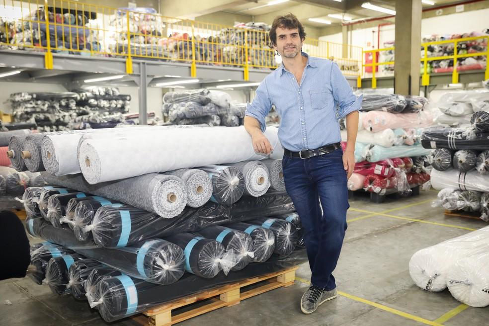 Renato Bitter, que é diretor de uma fábrica que produz tecidos, diz que ainda não é possível sentir uma melhora muito significativa (Foto: Celso Tavares/G1)
