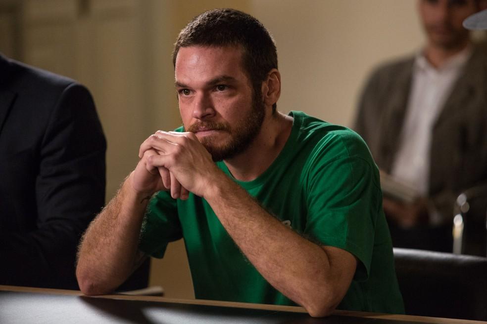 Em 'A Força do Querer', juiz determina que Rubinho (Emilio Dantas) permaneça preso — Foto: Fábio Rocha/Gshow