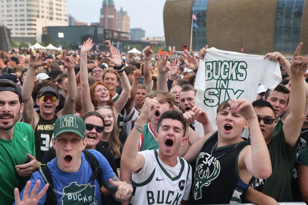 Mais de 60 mil pessoas celebram do lado de fora da arena em Milwaukee — Foto: Scott Olson/Getty Images