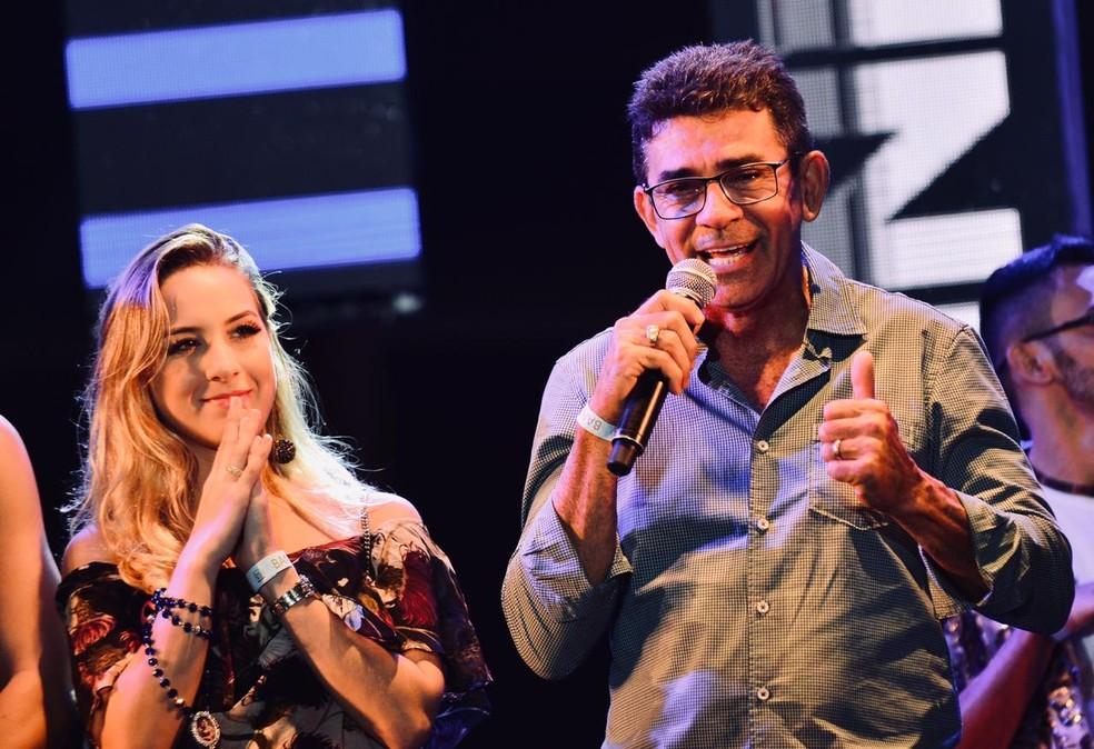 Namorada e pai de Gabriel Diniz também participaram da homenagem ao cantor no São João 2019 de Campina Grande — Foto: Emanuel Tadeu/Medow Entertainment/Divulgação