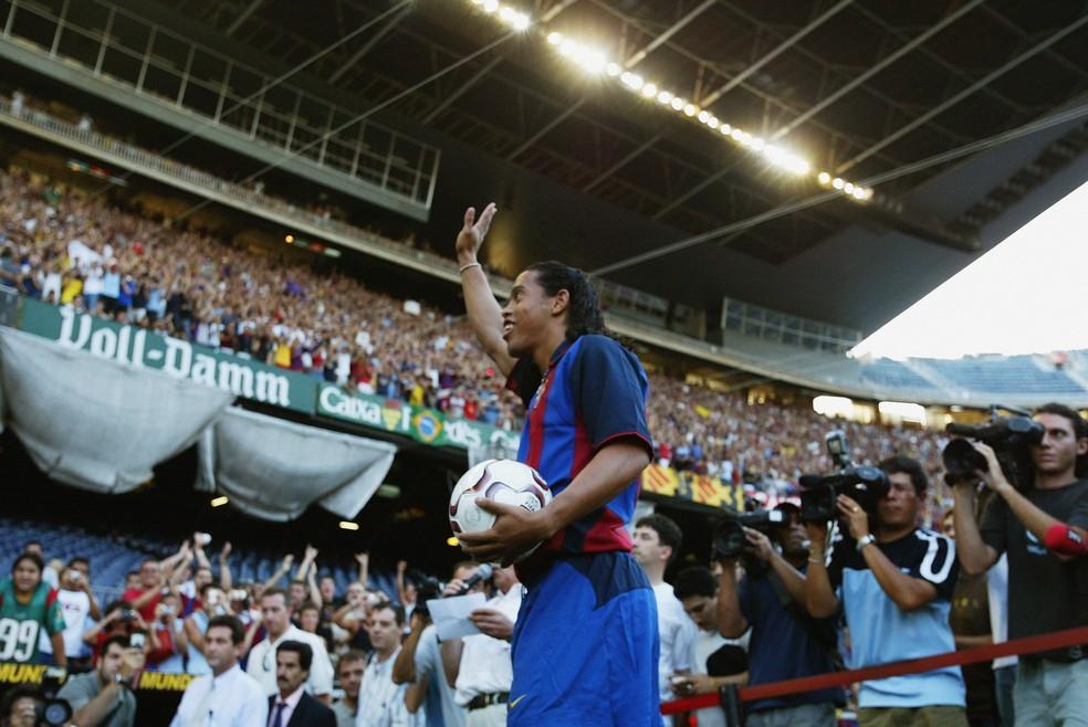 Ronaldinho Gaúcho na chegada ao Barcelona, em 2003: Sandro Rosell foi o responsável pela contratação — Foto: Getty Images