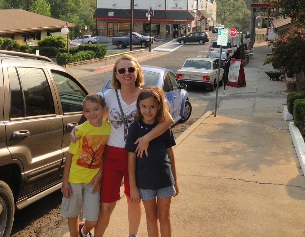 Advogada Júlia Ximenes em viagem com os filhos gêmeos. (Foto: Arquivo pessoal)