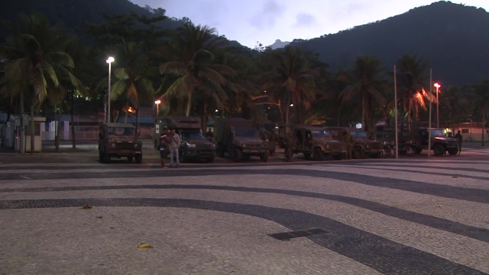 Veículos militares estacionaram na Praça Almirante Júlio de Noronha (Foto: Andressa Gonçalves/ G1)