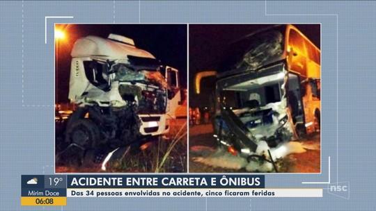 Colisão entre caminhão e ônibus deixa um ferido em Guaramirim