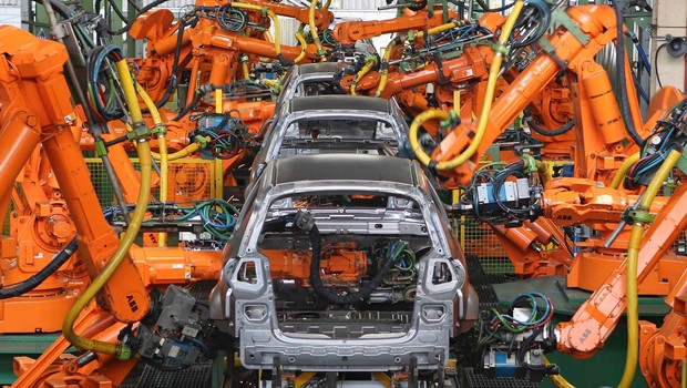 Robôs soldam carros em linha de produção de carros da Ford  (Foto: Divulgação)