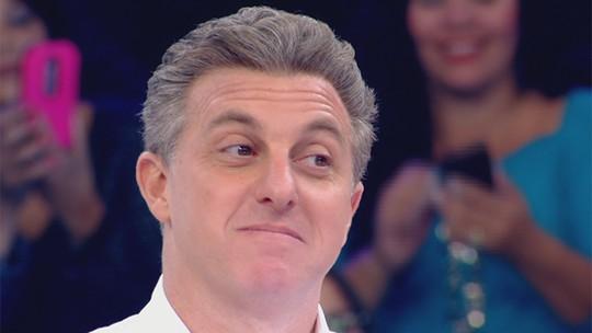 Luciano Huck fica surpreso com homenagem de aniversário no 'Caldeirão'