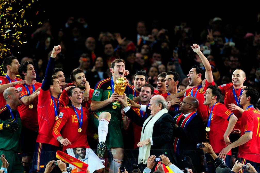Fundamental no título da Espanha, Iker Casillas ergue a Copa do Mundo em 2010 — Foto: Getty Images