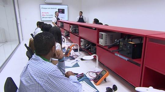 Curso de assistência técnica de celulares ajuda pequenos empresários
