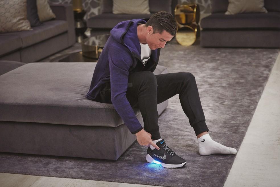 Cristiano Ronaldo testa o HyperAdapt 1.0. Objetivo é que tecnologia de auto-amarração migre para os esportes nos próximos anos — Foto: Divulgação/Nike