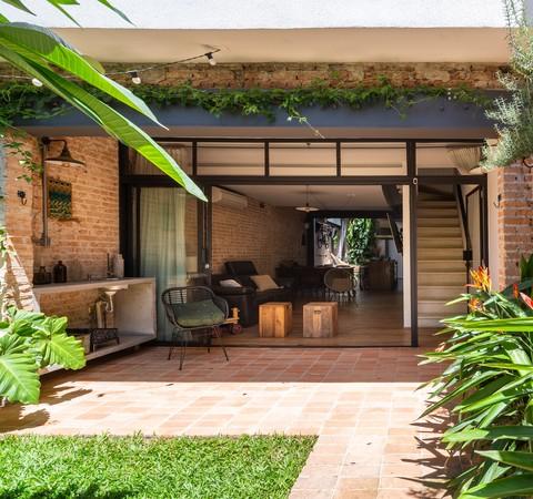 Casa dos anos 1950 transforma garagem em jardim exuberante