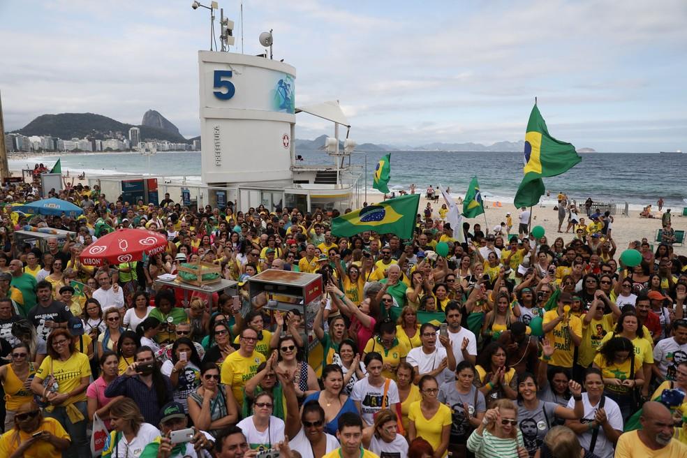 Apoiadores do candidato Jair Bolsonaro se reúnem na praia de Copacabana, no Rio de Janeiro — Foto: Pilar Olivares / Reuters