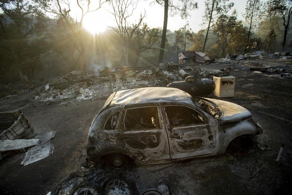 Incêndio florestal no norte da Califórnia destruiu carros (Foto: Noah Berger/AP)
