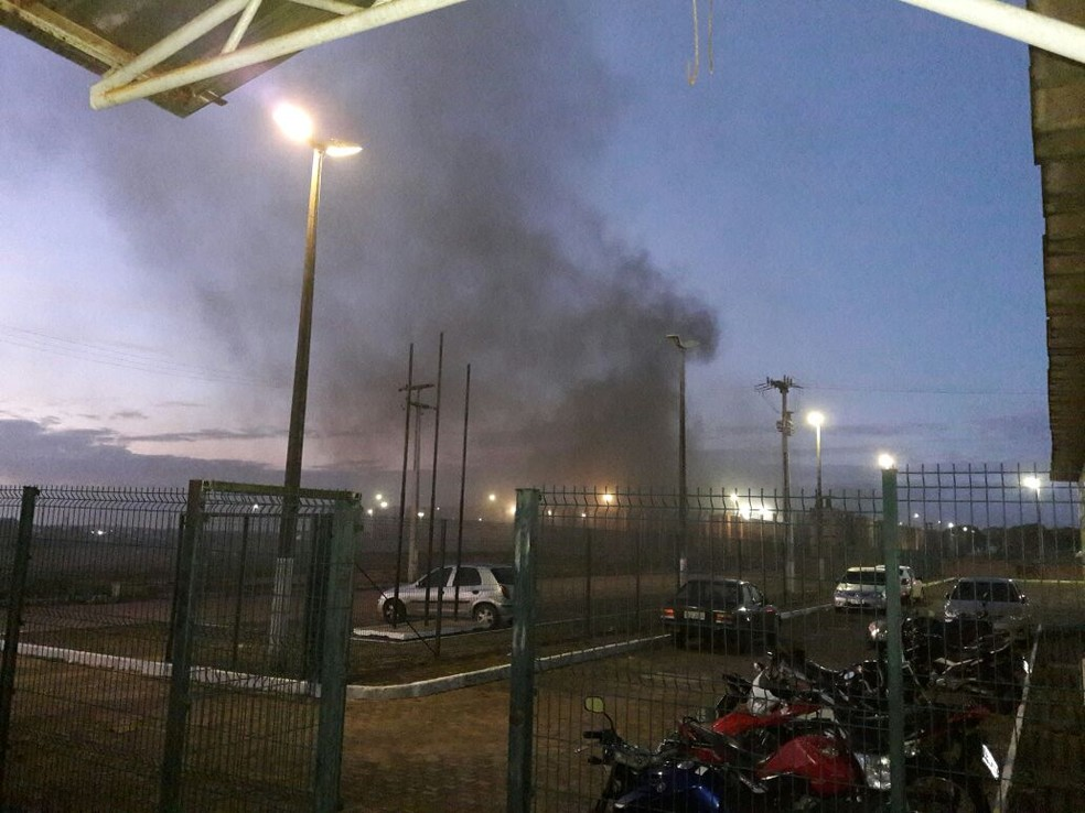 Presos queimaram colchões e provocaram um princípio de incêndio durante um motim da CPPL2 (Foto: TV Verdes Mares)