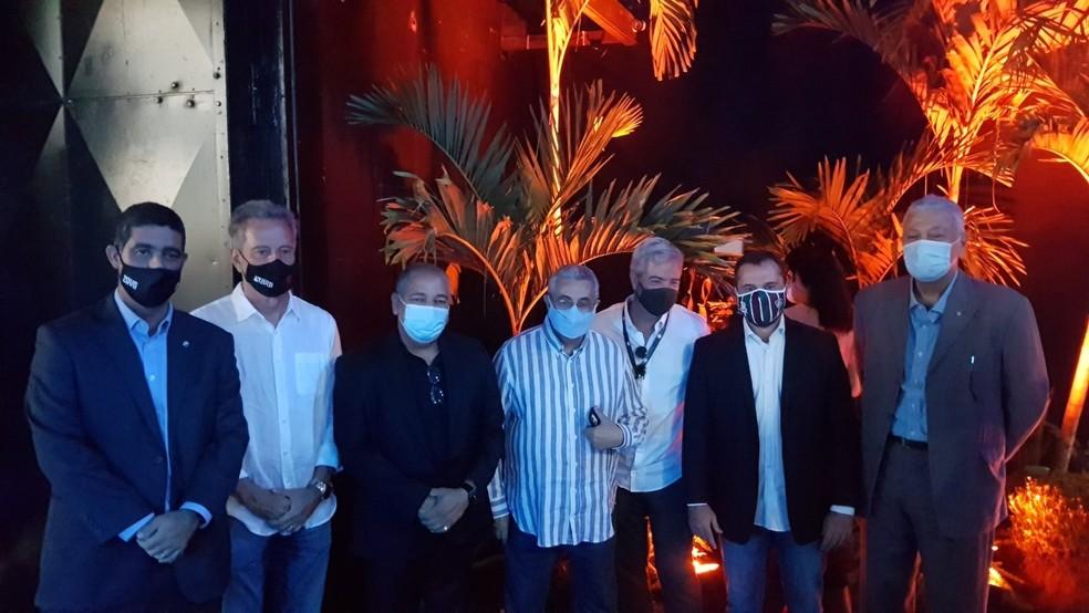 Mário, Mantuano e outros dirigentes posam ao lado do presidente da Ferj — Foto: Divulgação
