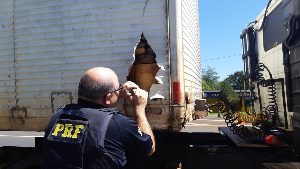 Caminhoneiro é preso ao transportar mais de 500 quilos de maconha em fundo falso