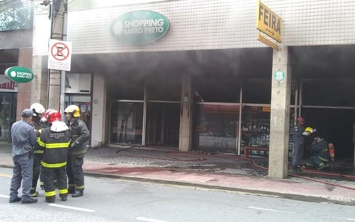 Chamas são debeladas em shopping na Região Centro-Sul de BH — Foto: Corpo de Bombeiros de MG/Divulgação