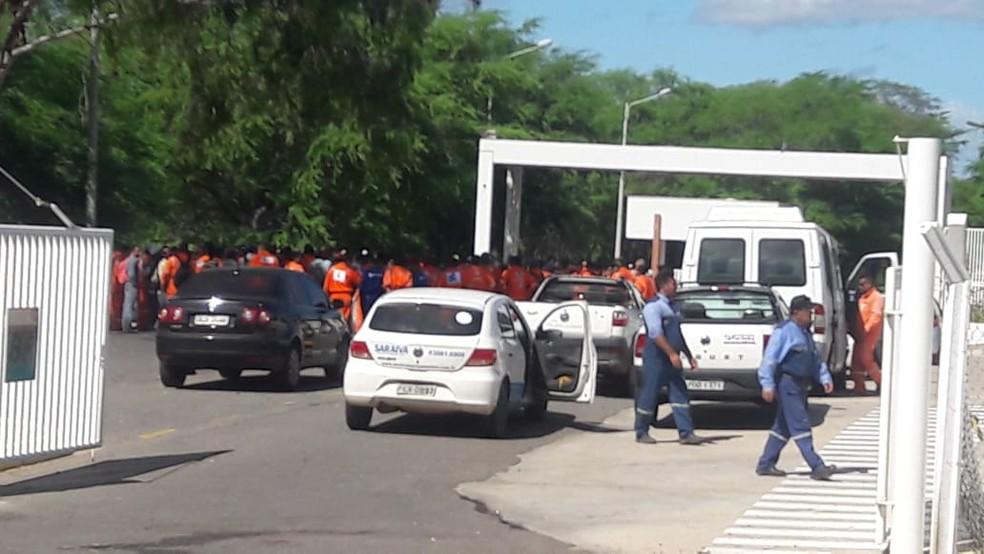 Petroleiros se concentram na entrada do ativo industrial da Petrobras em Guamaré, onde fica a Refinaria Clara Camarão (Foto: Alfredo Sérgio)