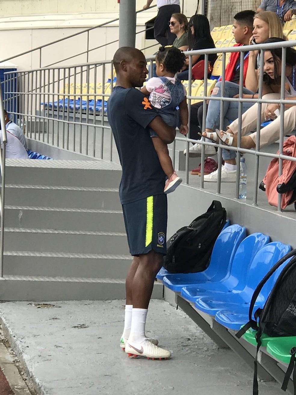 Fernandinho com a filha no colo em treino da Seleção durante a Copa-2018 — Foto: Alexandre Lozetti