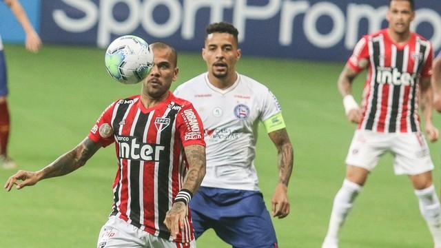 Daniel Alves e Gregore em lance de Bahia x São Paulo