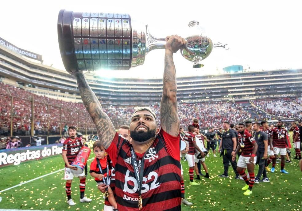 Gabigol ergue a taça da Libertadores pelo Flamengo — Foto: Reprodução