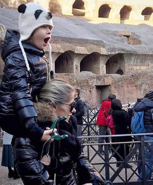Adriane Galisteu e o filho, Vittorio, visitam o Coliseu (Foto: Reprodução/Instagram)