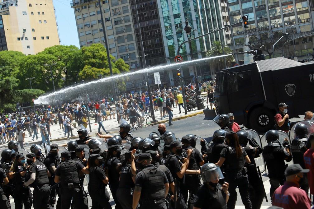 Polícia usa tanque d'água para dispersar pessoas em confusão — Foto: Reuters