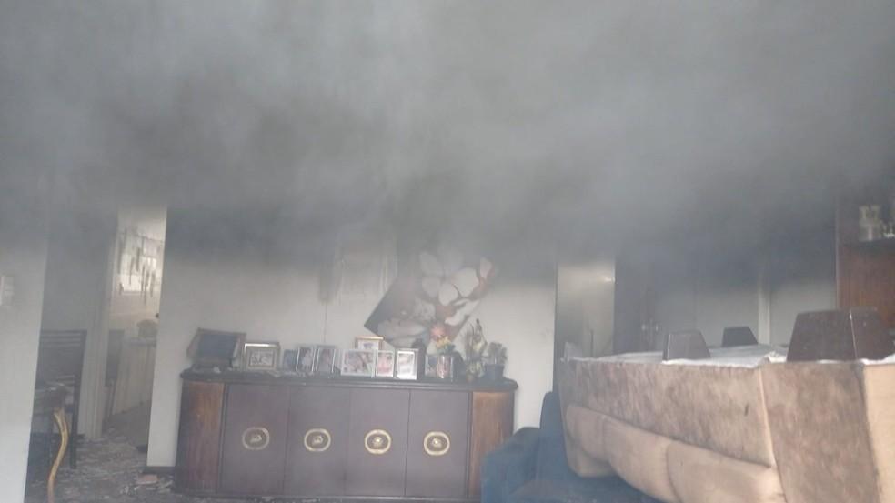 Fogo começou em um quarto da residência e se espalhou pelo apartamento — Foto: Corpo de Bombeiros/Divulgação