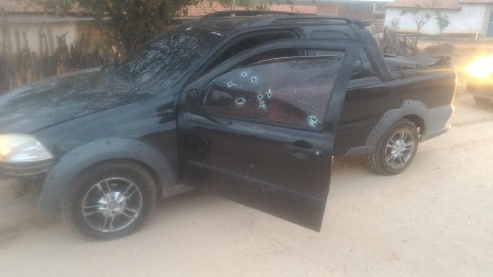 Marcas de tiros no carro onde estava o casal assassinado no Oeste potiguar. — Foto: Cedida