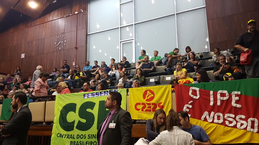 Servidores ocuparam as galerias para acompanhar a votação (Foto: Leo Saballa Jr/RBS TV)