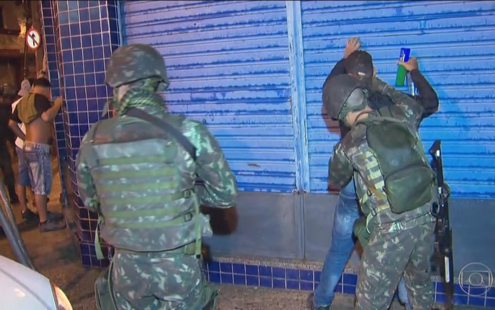 Forças do Exército fazem revistas ainda na madrugada (Foto: Reprodução/TV Globo)